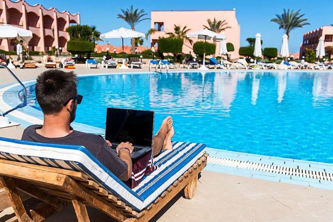 Davon träumen viele: Das Büro einfach ...rg, See,  Meer  oder Pool zu verlegen.  | Foto: Benjamin Nolte (dpa)