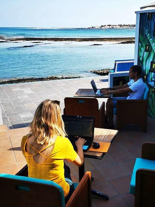 Gemeinsam arbeiten am Meer: Auch Co-Wo...tzen sich weltweit immer weiter durch.  | Foto: Kathrin Lucia Meyer (dpa)