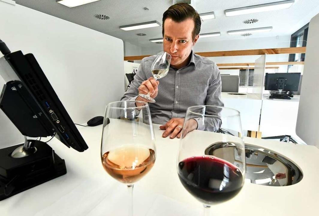 Wolfgang Egerer im Sensorikraum des Weinbauinstituts.    Foto: Michael Bamberger