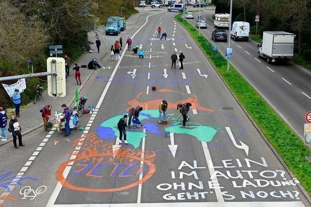 Klima-Aktivisten brachten in Freiburg bunten Protest auf die Straße