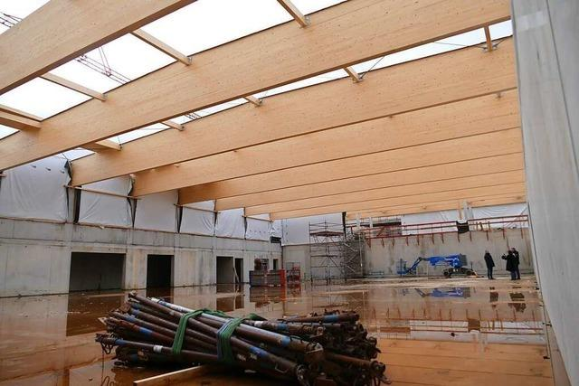 Die neue Schopfheimer Sporthalle bekommt ganz schön was aufs Dach