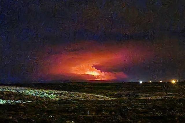 Vulkan bei Reykjavik lässt Himmel über Island feuerrot leuchten