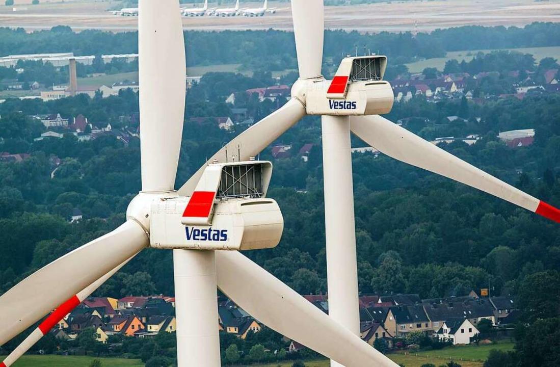 Zwei Windräder drehen sich.    Foto: Jens Büttner (dpa)