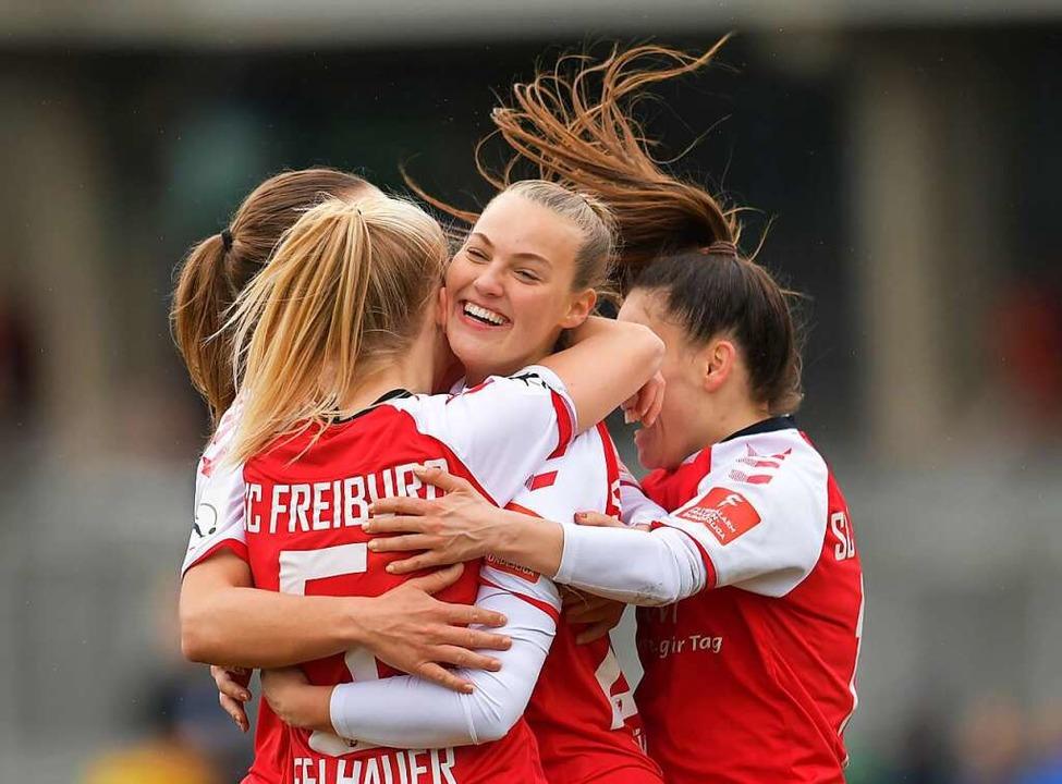 Freude pur bei den SC-Fußballerinnen  | Foto: Achim Keller