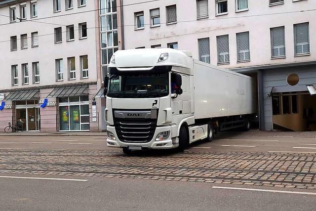 So parkt man mit einem großen Lkw mit viel Fingerspitzengefühl ein