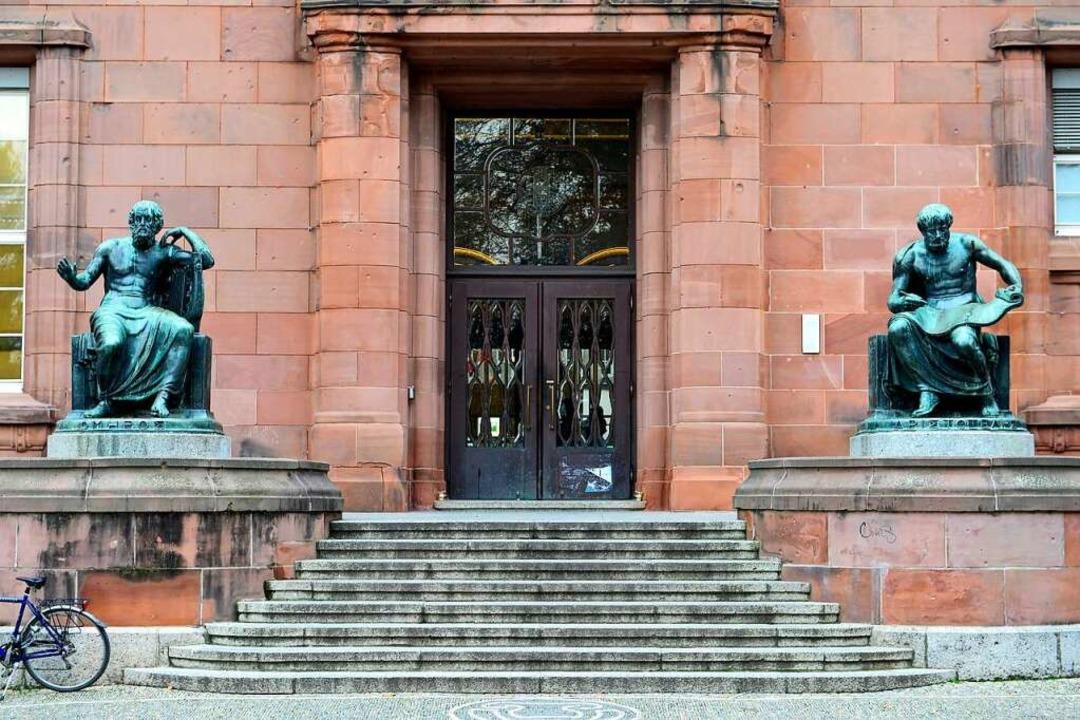 Aristoteles (rechts) am Eingang zum Ko...ngebäude I der Freiburger Universität.  | Foto: Ingo Schneider