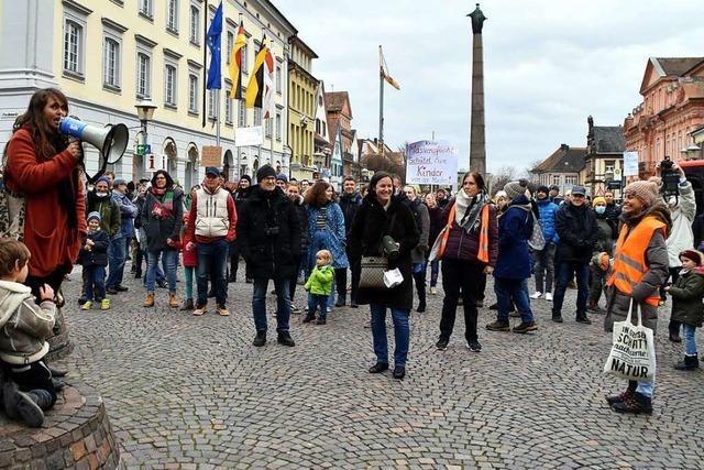 Rund 450 Menschen haben gegen die Maskenpflicht an Grundschulen demonstriert