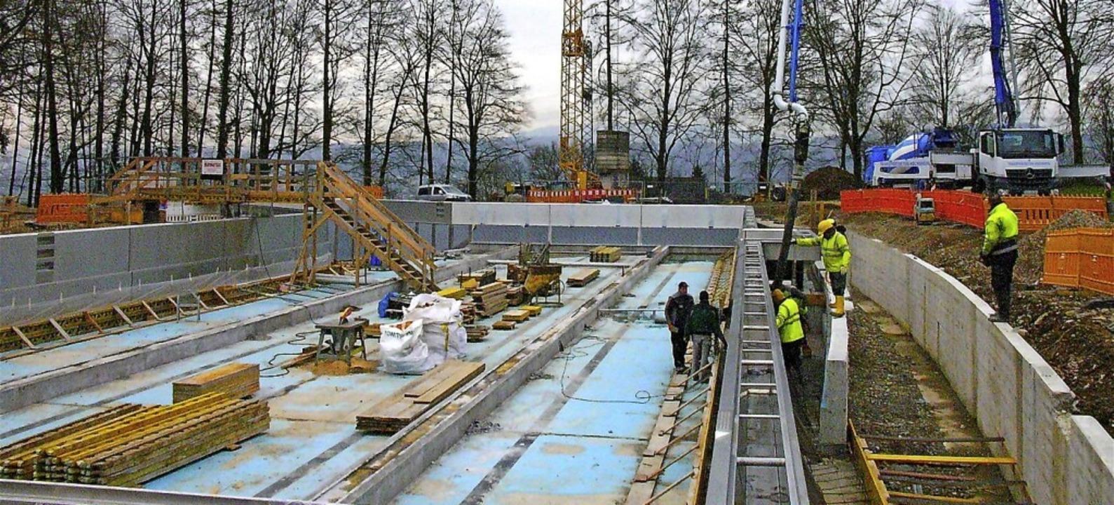 Der Stahlbetonbau kommt vor der Edelstahlverkleidung des Beckens.  | Foto: Richard Kaiser