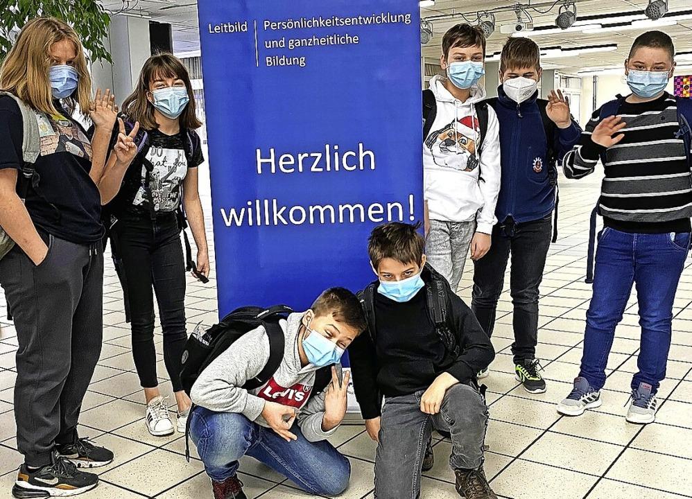 Schülerinnen und Schüler der Klasse 6d...iner längeren Pause wieder die Schule.    Foto: Jürgen Wehr