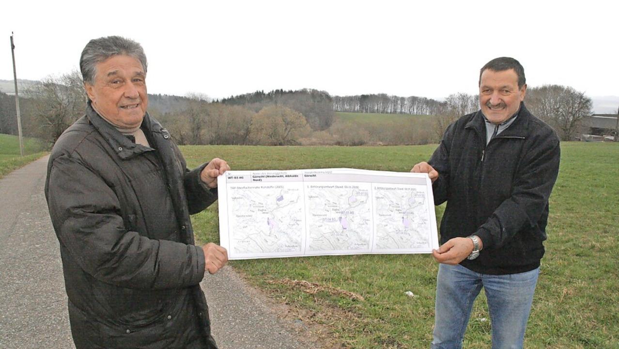Klaus Denzinger (links) und Franz Kief...it einem Auszug des Teilregionalplanes  | Foto: Peter Schütz