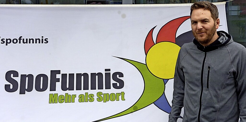 Robert Korb vor dem Vereinssignet der Spofunnis aus Teningen-Köndringen.  | Foto: Karlernst Lauffer