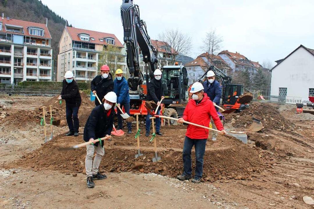 Spatenstich  mit Maskenschutz hieß es ...r Baustelle an der Lange Straße 90/94.  | Foto: Bernd Fackler