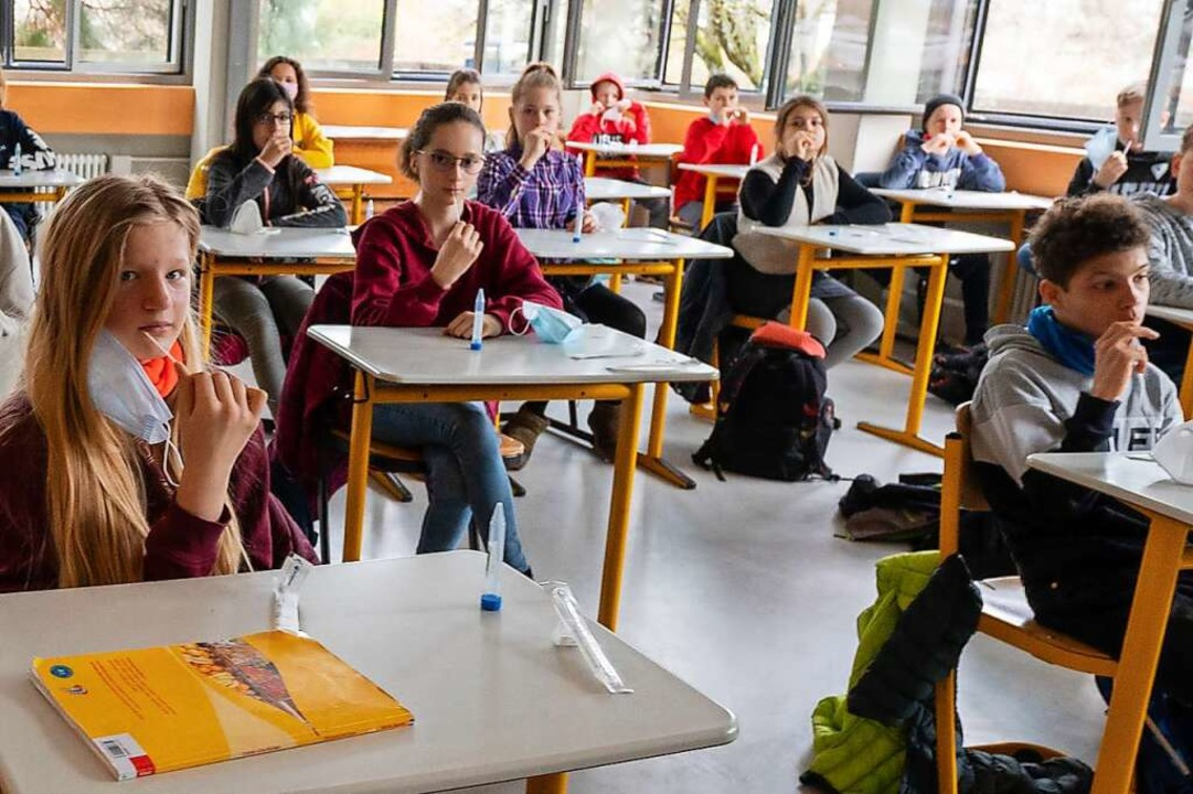 Schülerinnen und Schüler am Droste-Hül...n am Montag den Lollitest ausprobiert.    Foto: Patrick Seeger/Stadt Freiburg