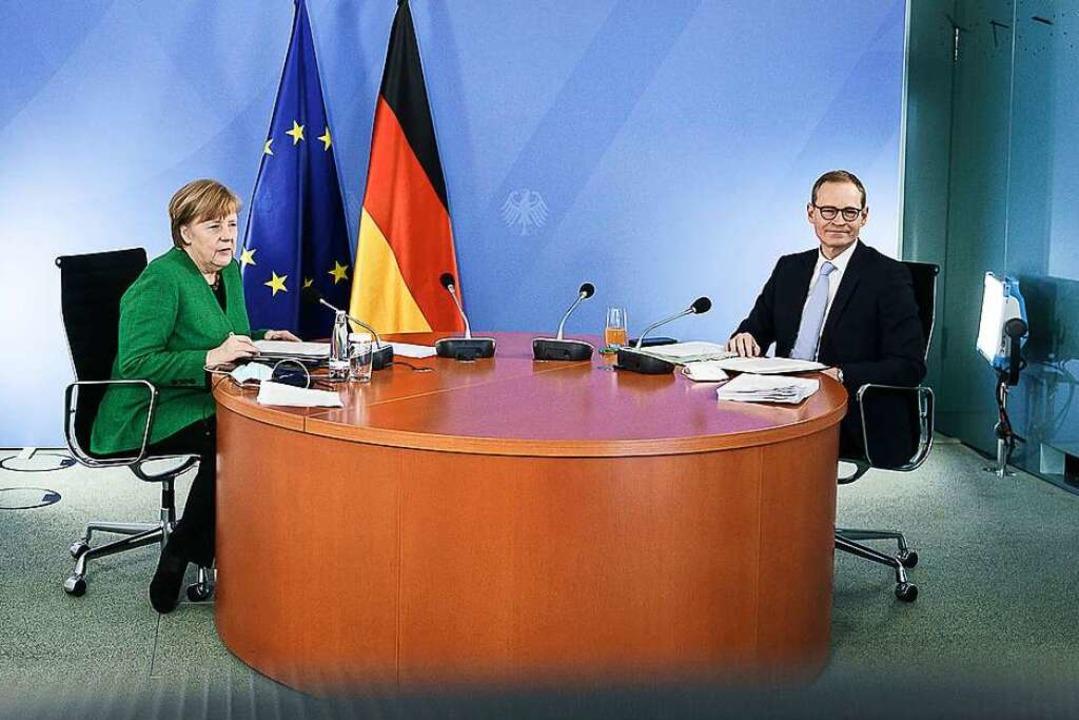 Angela Merkel und Michael Müller, Regi...zum weiteren Vorgehen in der Pandemie.    Foto: Jesco Denzel (dpa)