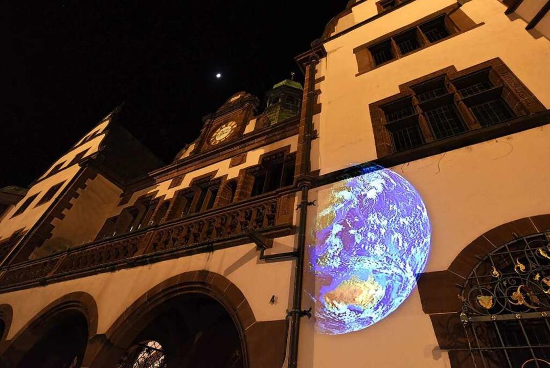 Nicht nur das Rathaus bleibt dunkel. A... das Licht auszuschalten (Archivbild).    Foto: Rita Eggstein