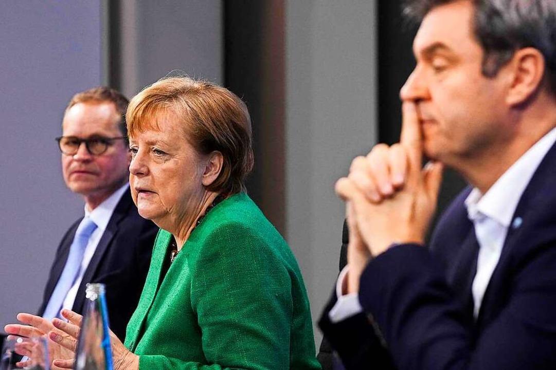 Kanzlerin Angela Merkel mit Berlins Bü...tun denlangen Unterbrechungen beendet.  | Foto: MICHAEL KAPPELER (AFP)