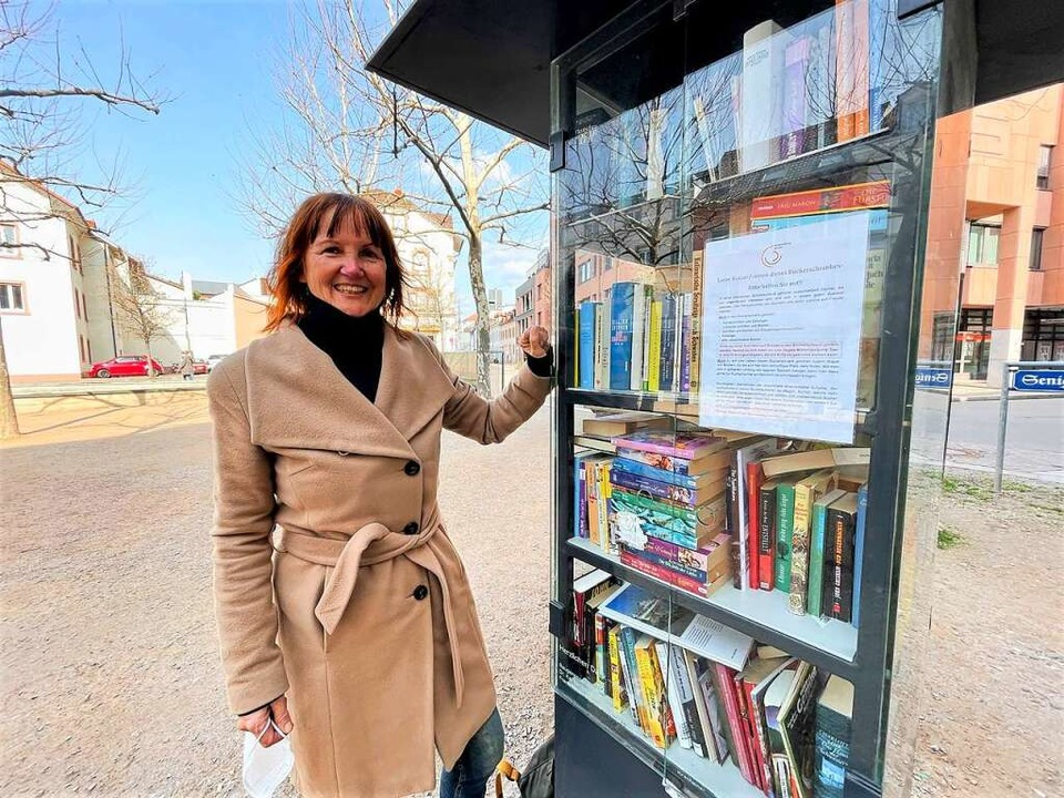 Ulrike Peters betreut den Bücherschrank am Senigallia Platz.  | Foto: Barbara Ruda