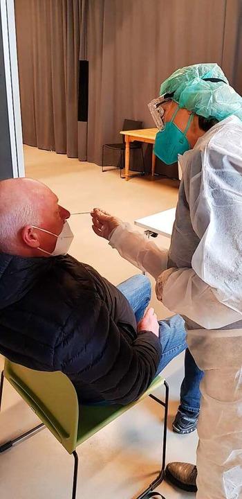Ein Abstrich-Stäbchen in jeden Nasenfl...orona-Testzentrum seinen Betrieb auf.     Foto: Gerhard Walser