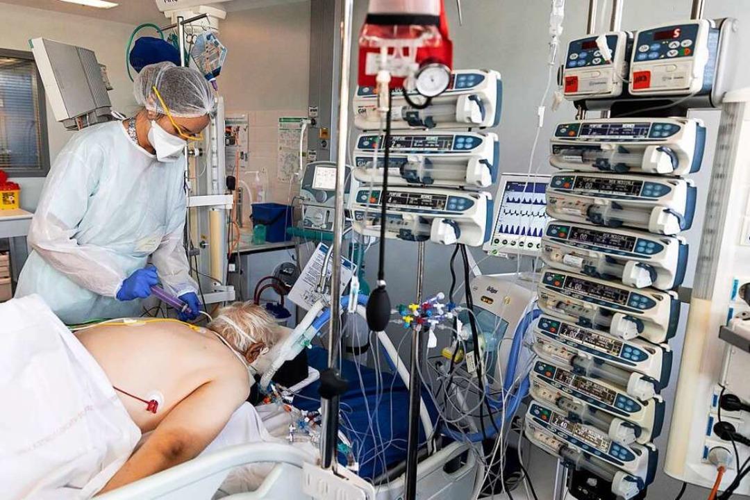 Ein Covid-19-Patient wird in einer Straßburger Klinik behandelt (Archivbild)  | Foto: Jean-Francois Badias (dpa)