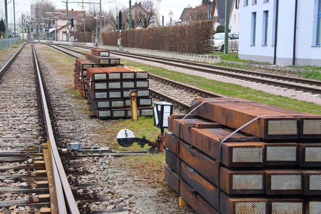 Neue Schwellen für  den Gleisbau am Bötzinger Bahnhof  | Foto: Horst David