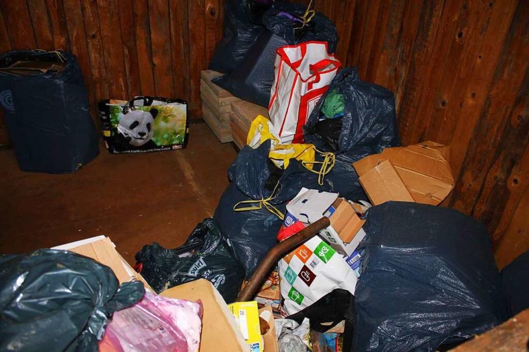 Der Müll gehört nicht in die Hütte. Die Deponie wäre nicht weit gewesen.  | Foto: Adelbert Mutz