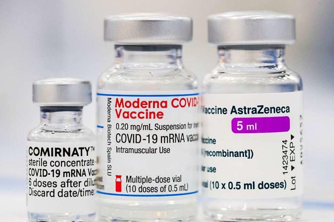 Drei Impfstoffe werden aktuell im Land...ie Vakzine von Moderna und Astrazeneca  | Foto: Daniel Karmann (dpa)