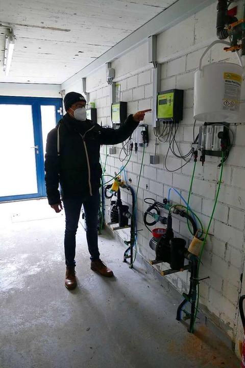 Daniel Klein erklärt die Anlage, die a...h die Wasserqualität misst und regelt.  | Foto: Dora Schöls