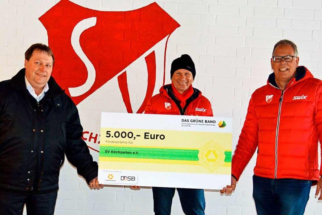 Stephan Summ überreichte den Scheck vo...r Huhn vom SV Kirchzarten (von links).  | Foto: Gerhard Lück
