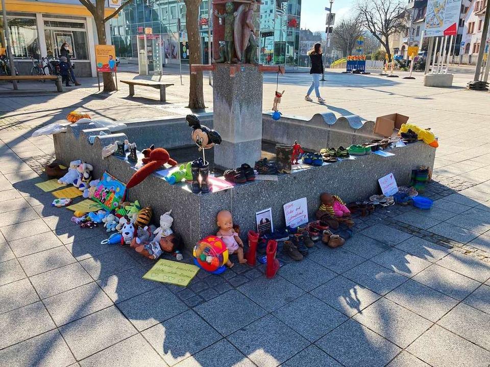 Spielzeug und Schuhe, aber auch  Notiz... sich am Narrenbrunnen in Rheinfelden.    Foto: Dora Schöls