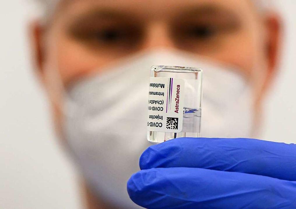 Das Impfzentrum in Lörrach arbeitet gerade zwei Wartelisten ab.    Foto: Robert Michael (dpa)