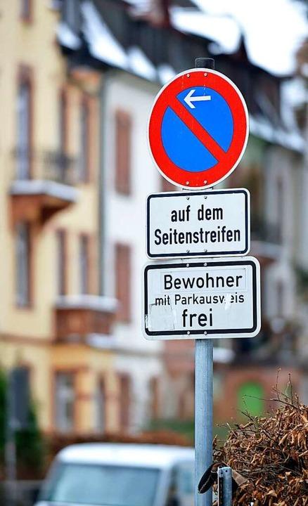 Der Bewohnerparkausweis in Freiburg  soll teurer werden.  | Foto: Michael Bamberger