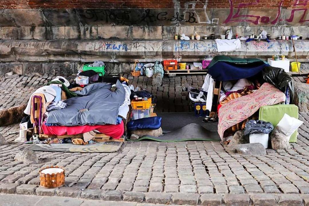 Ein Lager hatten sich Obdachlose im Ge...i verwies sie des Platzes (Symbolfoto)  | Foto: Christian Charisius (dpa)