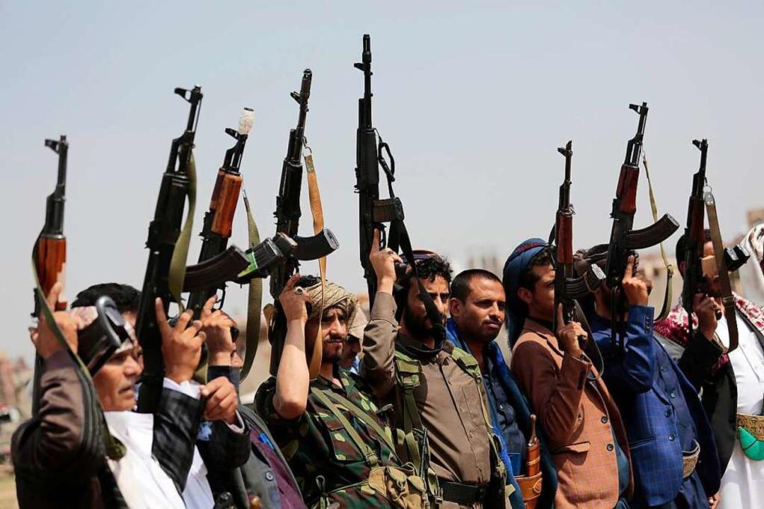 Stammesangehörige, die die Houthi-Rebe...d den Vereinigten Arabischen Emiraten.  | Foto: Hani Mohammed (dpa)