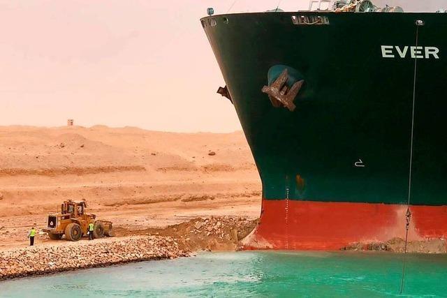 Containerschiff blockiert den Suez-Kanal – und wird jetzt freigebuddelt