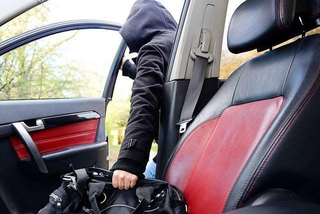 Dieb stiehlt Handtasche aus einem Auto und erbeutet 1000 Franken