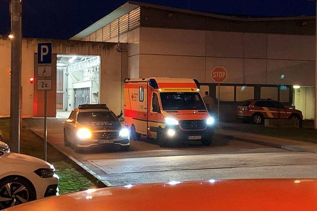 Ein Insasse musste ins Krankenhaus gebracht werden.  | Foto: Helmut Seller