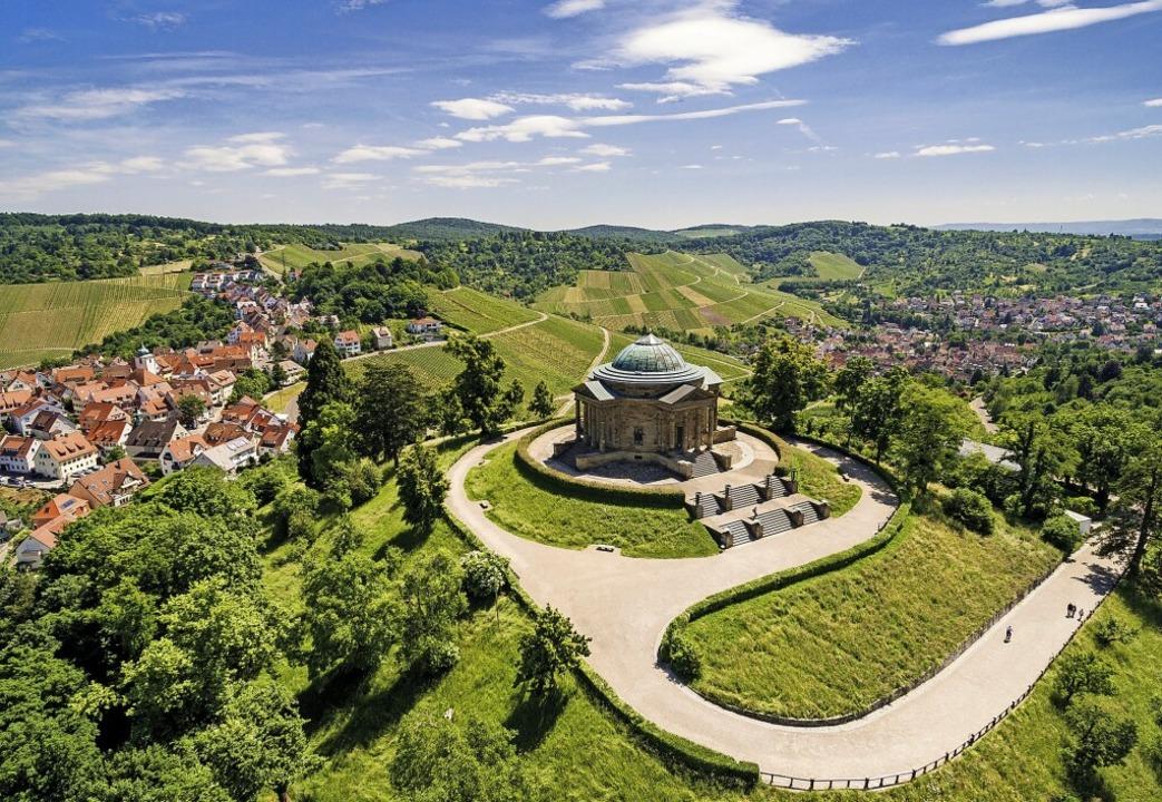 Die Grabkapelle auf dem Württemberg ist ein Highlight des Weinwanderweges.  | Foto: Jürgen Pollak (dpa)