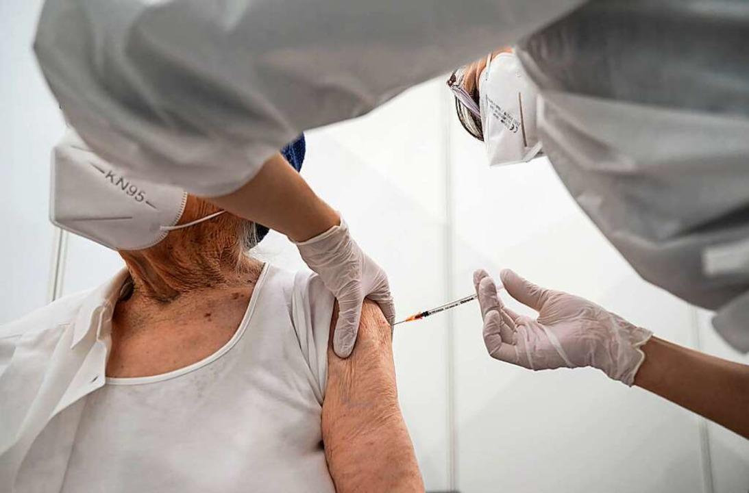 Gerhard Kienle wollte Senioren zu einer Impfung verhelfen (Symbolbild)  | Foto: Marijan Murat (dpa)