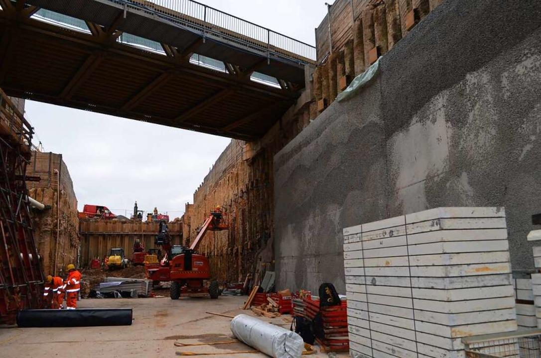 Auf der anderen Seite der Vortunnel-Ba...en werden die Drainagewände betoniert.  | Foto: Nikolaus Bayer