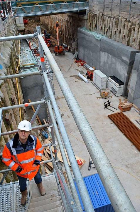 Projektleiter Daniel Haberstroh vom Re...ium auf der Gerüstleiter der Baugrube.  | Foto: Nikolaus Bayer