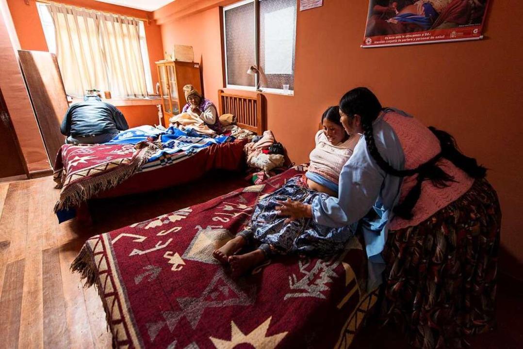 Tee, warme Worte, eine Massage für den Bauch: Hebamme in Bolivien bei der Arbeit  | Foto: Javier Sauras
