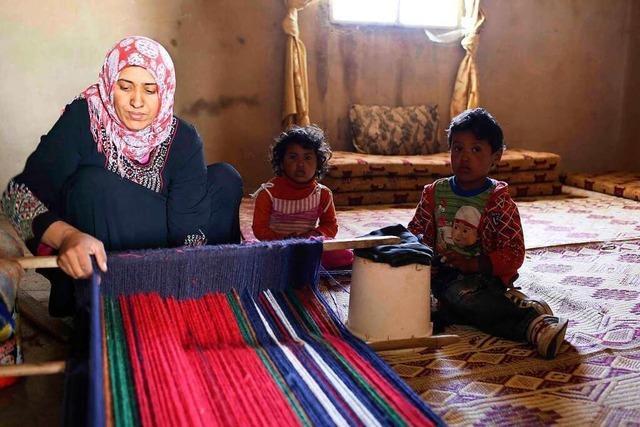 Jordanische Beduinenfrauen weben Teppiche für das Bani-Hamida-Projekt