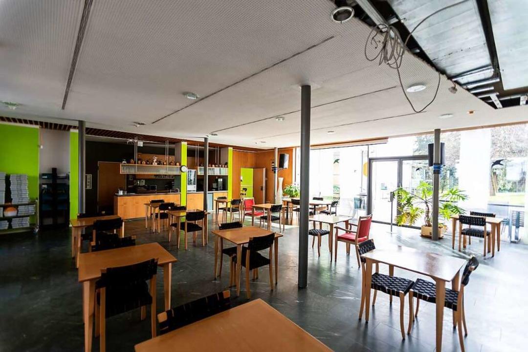 Stühle stehen im leeren Café KaffeeMüh...ichtung nicht wieder öffnen zu können.  | Foto: Philipp von Ditfurth (dpa)