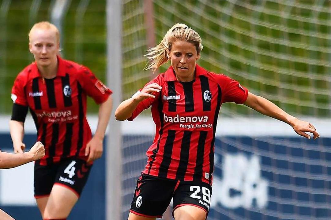 Jana Vojteková (r.) hat ihre Vertrag v... Sportclub zu den arrivierten Kräften.  | Foto: Achim Keller/SCFreiburg