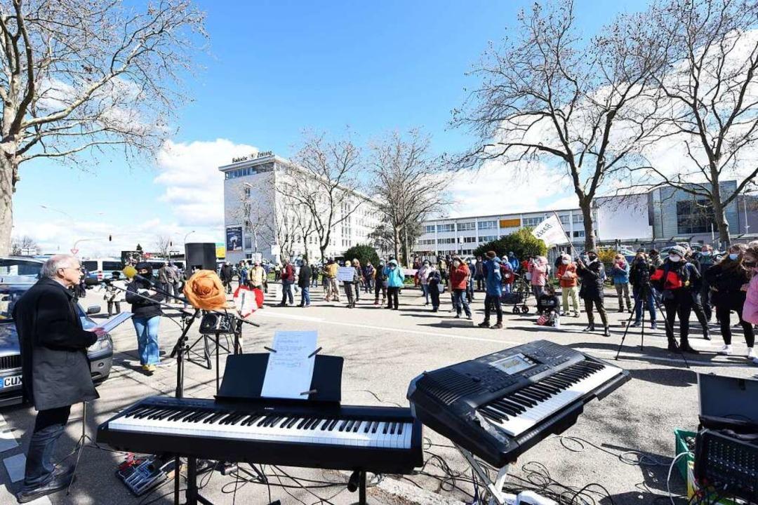 Demo und Gegendemo vor dem Pressehaus der Badischen Zeitung.  | Foto: Rita Eggstein