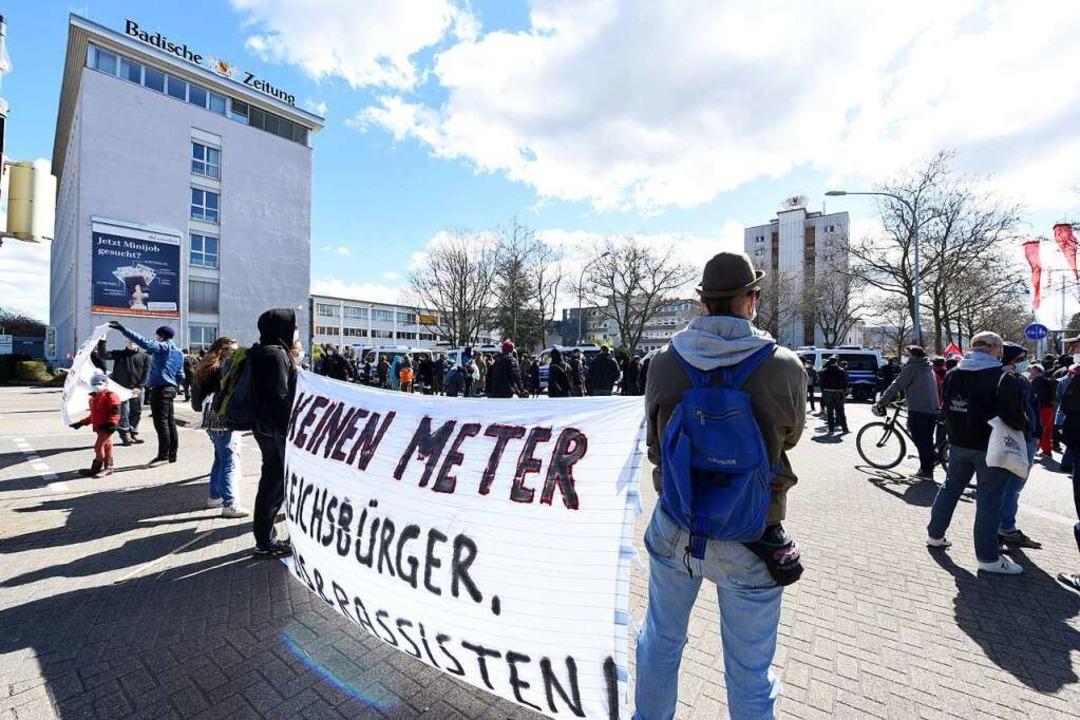 110 Gegendemonstranten waren vor Ort.  | Foto: Rita Eggstein