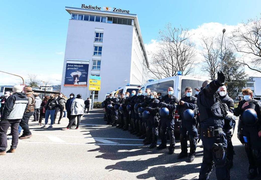 Die Polizei trennte beide Lager voneinander.  | Foto: Rita Eggstein