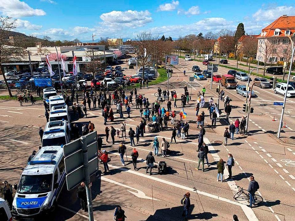 Die Polizei trennte beide Lager voneinander.  | Foto: Markus Hofmann