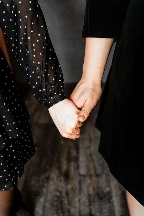 Zwei Frauen halten Händchen – fü...schen immer noch ein ungewohntes Bild.  | Foto: Maxim (stock.adobe.com)