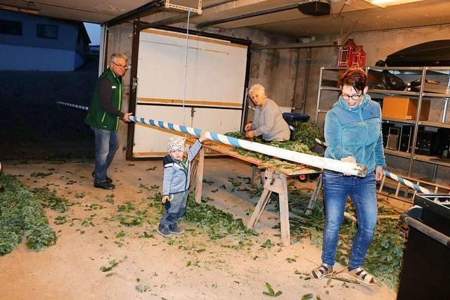 Guido Woll schmückt in Bonndorf trotz Pandemiezeiten Palmen
